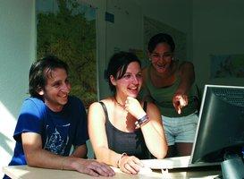 Junge Leute vor PC